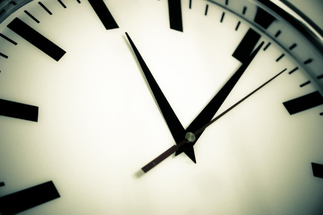Duży czarny zegar na ścianę do salonu jako minimalistyczna ozdoba wnętrza 1