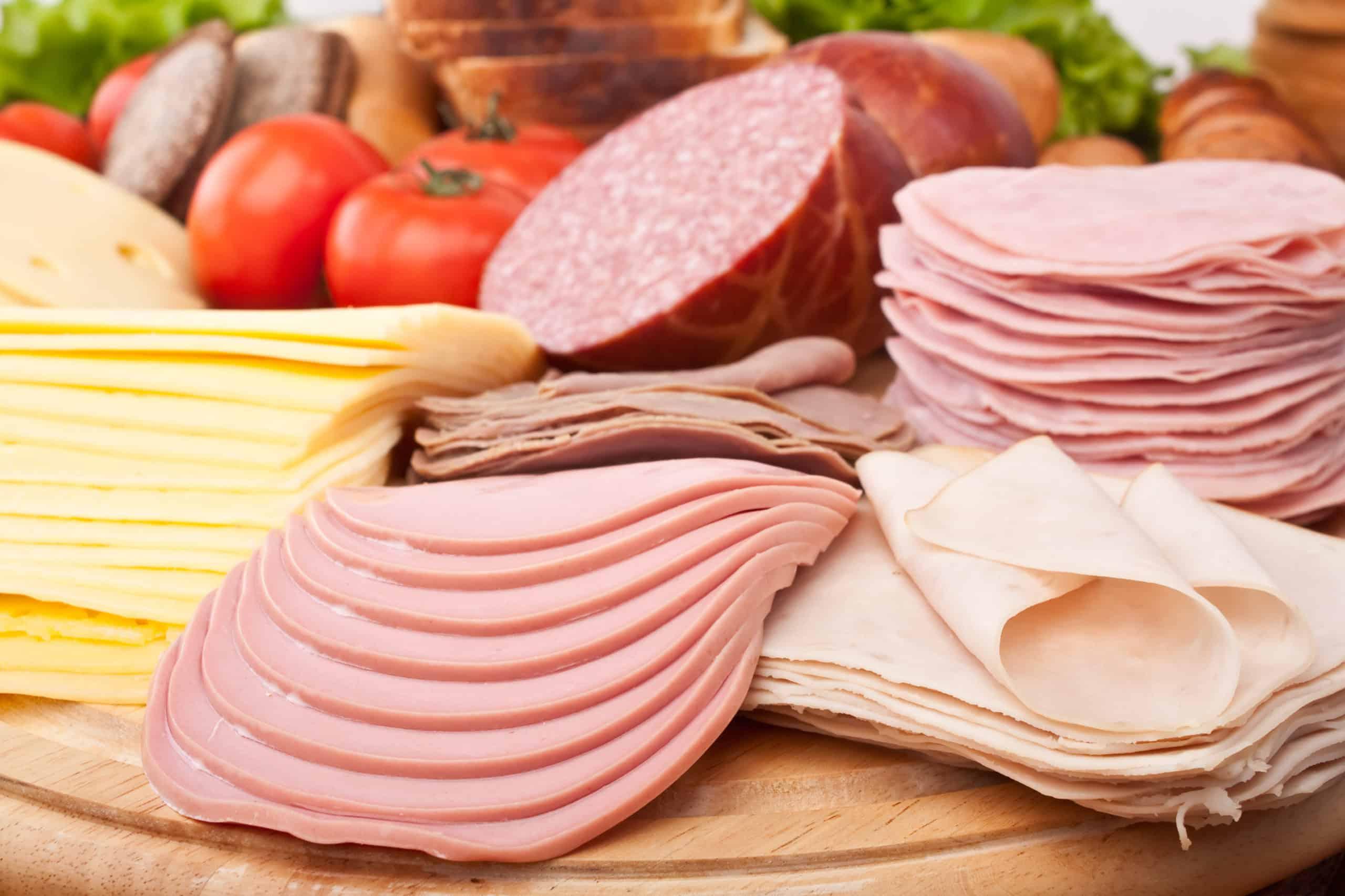 Plastry mięsa oraz sera przygotowane za pomocą krajalnicy